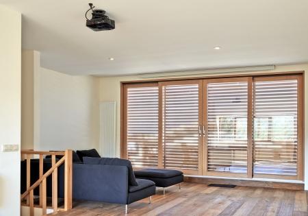 silla de madera: Moderna sala de estar