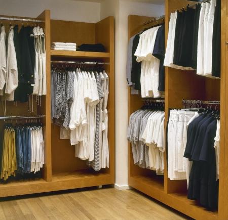 vestidos: moderna sala de vestirse con suelo de parquet