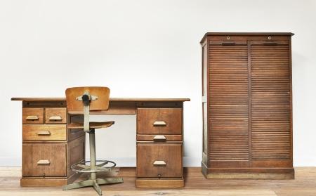 Weinlese-Schreibtisch in einem Zimmer mit Holzfußboden