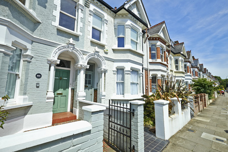 fila: Londres calle de casas adosadas de estilo eduardiano principios del siglo 20 en un día soleado Editorial