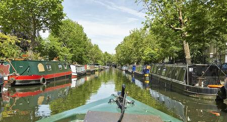 LONDON, UNITED KINGDOM - JUNE 06: Boote auf dem Regents Canal in Klein-Venedig am 6. Juni 2014 in London. Lizenzfreie Bilder