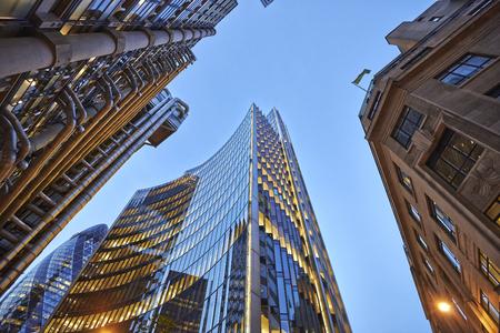Drei verschiedene Arten von Architektur mit kommerziellen Bürogebäude außen. Abendansicht unten Wolkenkratzer.
