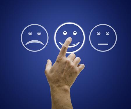 カスタマー サービス評価フォームを画面に触れて手。