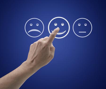 Hand berührt Bildschirm mit Kundendienst Evaluation Form. Lizenzfreie Bilder