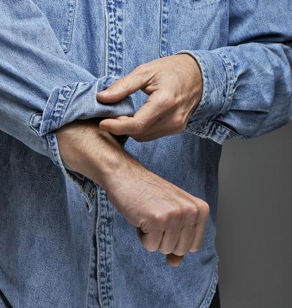 彼の袖をロールアップ デニム シャツの男 写真素材