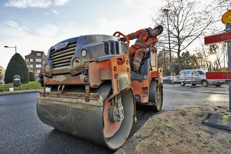 BRUSSEL, BELGIË - 29 november 2014: Zware Vibration rolverdichter bij asfaltverharding werkt voor de weg repareren op 29 november 2014 in Brussel, België Redactioneel