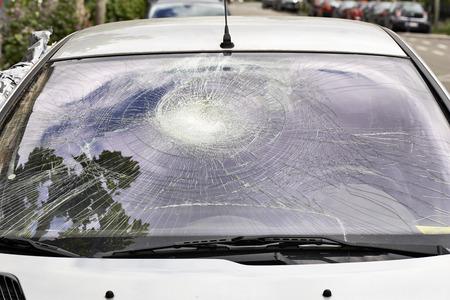 fissure: Brisé pare-brise de voiture à partir de l'extérieur de la voiture Banque d'images