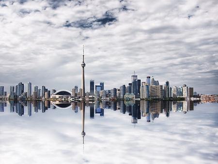 Schöne Toronto Stadtbild mit Wasser Reflexion - einschließlich der Rogers Centre, CN Tower und Bank distric Lizenzfreie Bilder