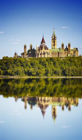 Parlementsgebouwen en Fairmont Chateau Laurier Hotel in Ottawa. Uitzicht op de Heuvel van het Parlement en de Rivier van Ottawa Stockfoto