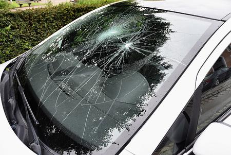 車の外から壊れた車のフロント ガラス