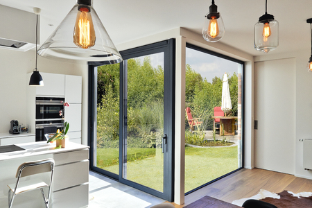 Renovation on a Modern luxery kitchen  with sliding door and view on a lush garden Stockfoto