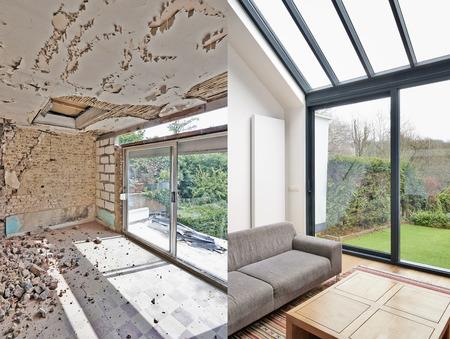 대형 창문과 해변 전망이있는 현대적인 거실입니다. 이전과 이후