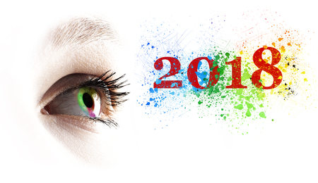 Oeil féminin arc-en-ciel coloré et 2018 éclaboussant sur blanc