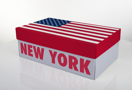 Weißer Schuhkasten und amerikanische Flagge auf weißer Tabelle mit Reflexion, Beschneidungspfad für den Kasten
