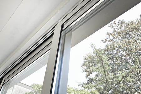 Porte coulissante en verre et son système de ventilation, avant de peindre le mur