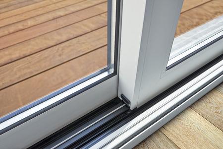 Detalle de puerta corrediza de vidrio y riel empotrado en el piso