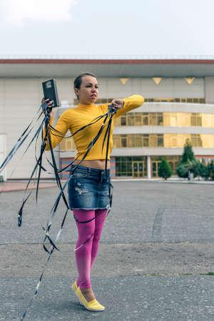 videocassette: niña en un vestido en el estilo de la música disco Foto de archivo