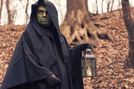 sotana: la bruja verde en el bosque de otoño