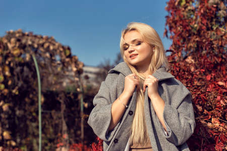Autumn walk in the park with a cute blonde 스톡 콘텐츠 - 133463880