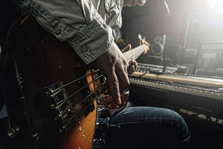 musico: Músico tocando guitarra Foto de archivo