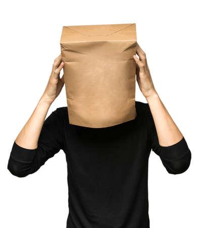 종이 가방을 사용하여 자신의 머리를 커버 젊은 남자. 사람이 생각