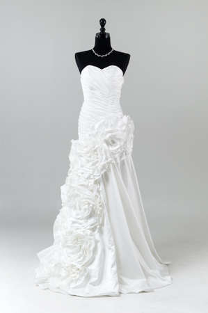 Moderno vestido de novia blanco aislado en el fondo gris Foto de archivo - 57051466