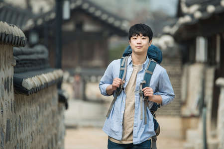 A young man doing a backpacking trip in a Korean traditional house. Standard-Bild - 98907996