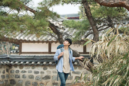 A young man doing a backpacking trip in a Korean traditional house. Standard-Bild - 98893772