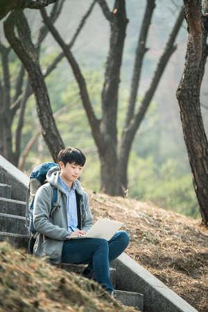 Asiatischer Mann Rucksack mit Laptop Standard-Bild - 98888576