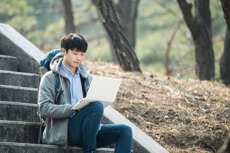 Asiatischer Mann Rucksack mit Laptop Standard-Bild - 98887424
