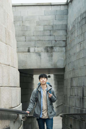 A young man doing a backpacking trip in a Korean traditional house. Standard-Bild - 98887426