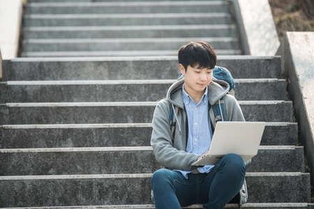 Asiatischer Mann Rucksack mit Laptop Standard-Bild - 98888715
