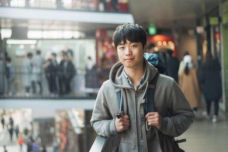 Young man traveling in Korea, Seoul Street Standard-Bild - 99193669