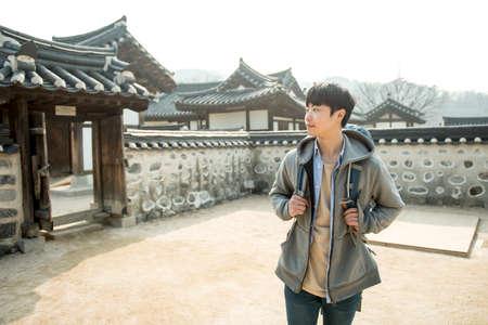Junger Mann reist in Korea Standard-Bild - 99193670