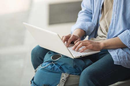 Asiatischer Mann Rucksack mit Laptop Standard-Bild - 99539929