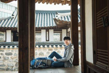 Junger Mann reist in Korea . Koreanische traditionelle Haus Standard-Bild - 99447823