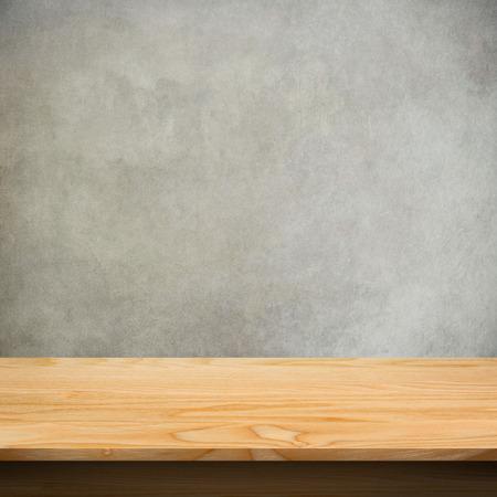 콘크리트 질감 배경으로 나무 테이블 스톡 콘텐츠