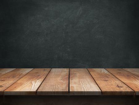 黒板の背景の木のテーブル