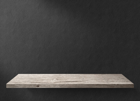 cocina vieja: Mesa de madera con pared de fondo oscuro Foto de archivo