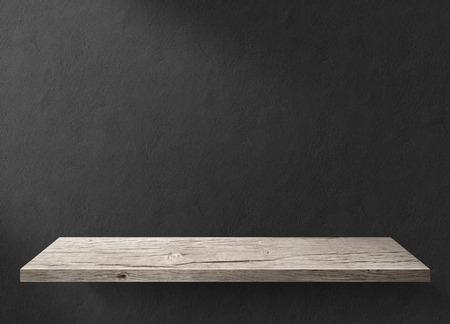 madera rústica: Mesa de madera con pared de fondo oscuro Foto de archivo