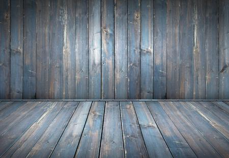Azul pintado de mesa de madera con fondo de pared de madera