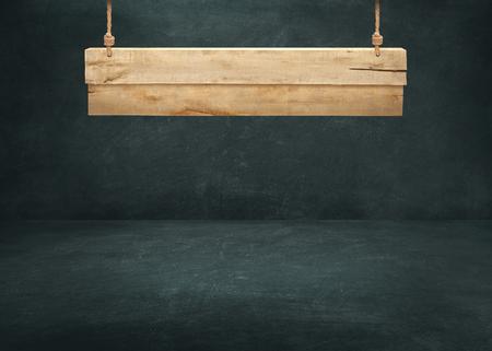 letreros: De madera que cuelga el letrero en la pared de fondo oscuro