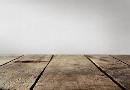 Tavolo in legno e parete di fondo bianco Archivio Fotografico - 52534436
