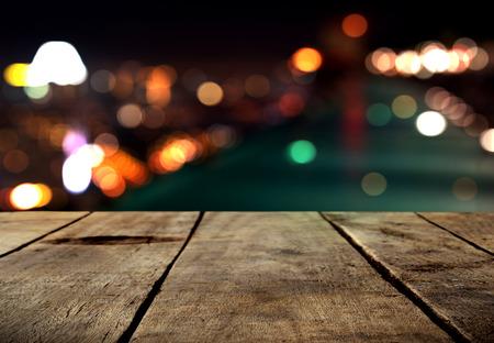 Houten lijst met stadslichten nacht vage achtergrond