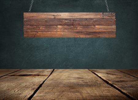 Holztisch mit hängenden Holzschild Standard-Bild