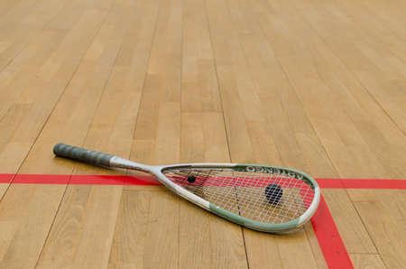 racquetball: raqueta de squash en el suelo con rayas rojas