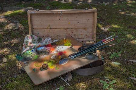 pallette: Pallette de peintures sur un fond d'herbe verte naturelle