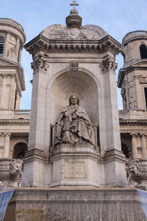 predicador: predicador estatua Flchier franc�s con la Fontaine Saint-Sulpice en Par�s con un cielo azul Foto de archivo