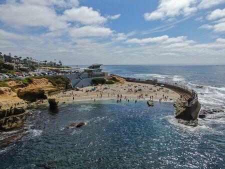Les amateurs de plage profitant d'un bel après-midi ensoleillé à La Jolla Cove à San Diego, CA. ETATS-UNIS.
