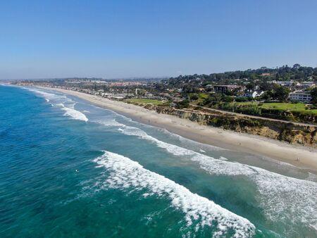 Vista aérea de la costa y la playa de Del Mar, el condado de San Diego, California, Estados Unidos. Océano Pacífico con playa larga y olas pequeñas. Foto de archivo